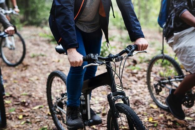 Groep vrienden rijden mountainbike in het bos samen