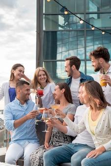 Groep vrienden roosteren op een feestje