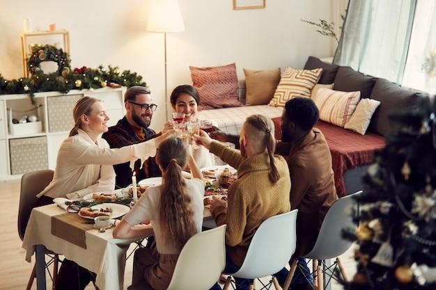 Groep vrienden roosteren op kerstmis