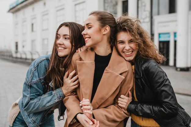 Groep vrienden samen buiten poseren