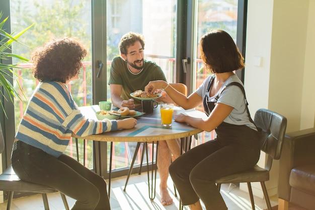 Groep vrienden samen ontbijten in nieuw huis