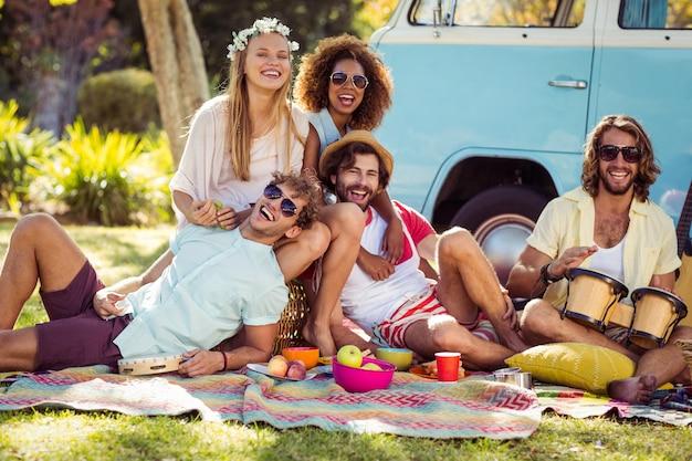 Groep vrienden samen plezier in park