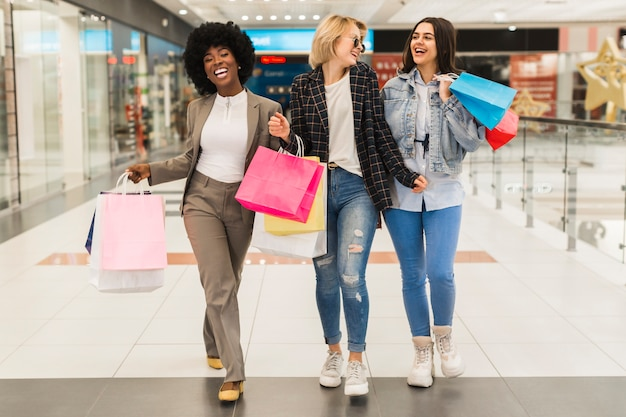 Groep vrienden samen winkelen