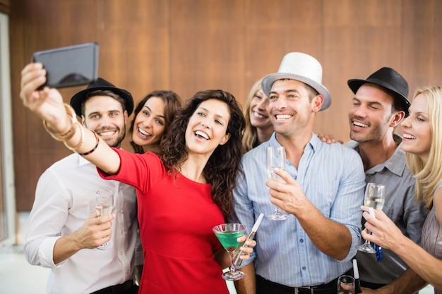 Groep vrienden selfie te nemen op het feest