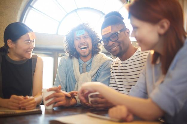Groep vrienden spelen en lachen