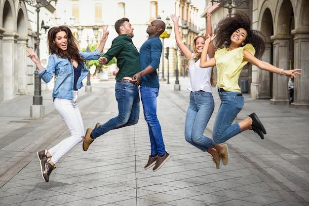 Groep vrienden springen samen buitenshuis