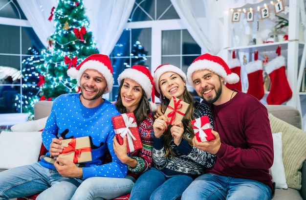 Groep vrienden thuis op kersttijd