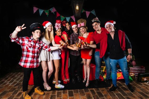 Groep vrienden toast op het kerstfeest