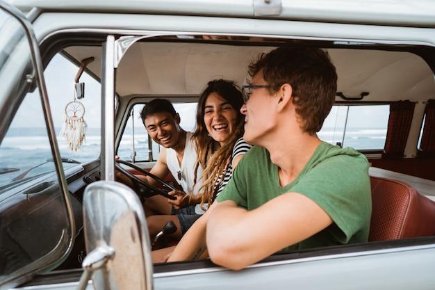 Groep vrienden vakantie met een retro minivan