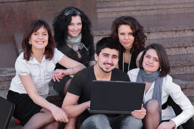 Groep vrienden van studenten met een laptop .education concept