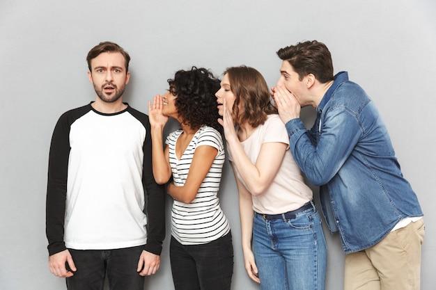 Groep vrienden vertellen geheimen die met elkaar praten.