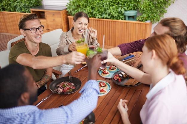 Groep vrienden vieren in cafe