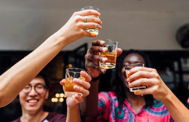 Groep vrienden vieren met bier