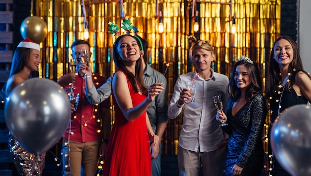 Groep vrienden vieren nieuwjaar, kerstfeest.