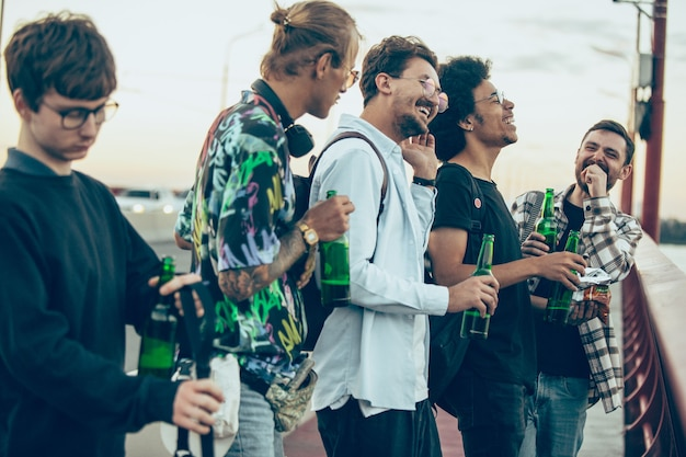 Groep vrienden vieren, rusten, plezier maken en feesten in de zomerdag