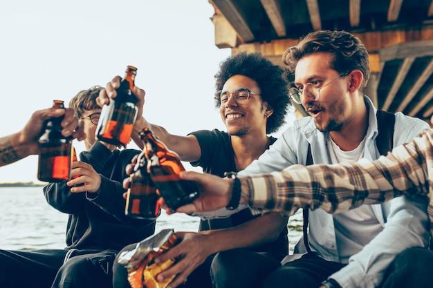 Groep vrienden vieren, rusten, plezier maken en feesten in zomerdag