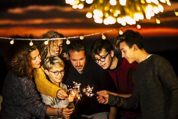 Groep vrienden vieren samen