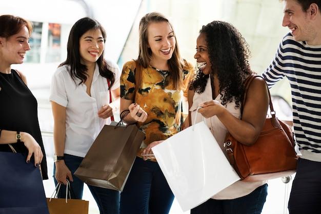Groep vrienden winkelen in een winkelcentrum