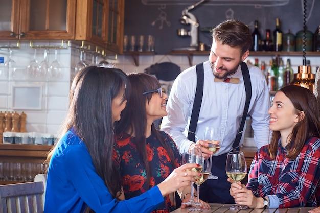 Groep vrienden zijn partij met plezier chatten met een bril
