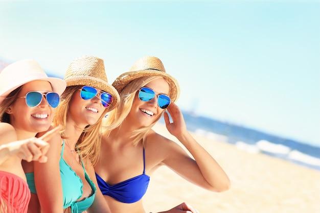 Groep vrienden zonnebaden op het strand