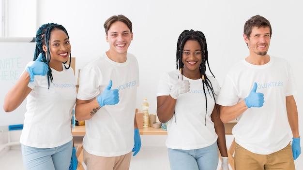 Groep vrijwilligers die de duimen doen ondertekenen