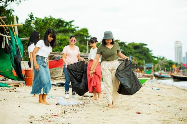 Groep vrijwilligers die het strand schoon houden
