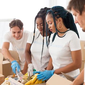 Groep vrijwilligers die samen voor donaties zorgen