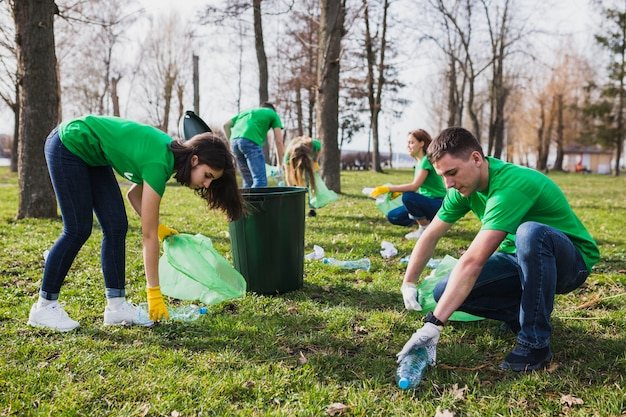 Groep vrijwilligers die vuilnis verzamelen