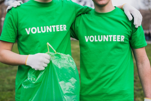 Groep vrijwilligers in aard
