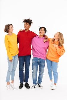 Groep vrolijke geïsoleerde tieners, lachend