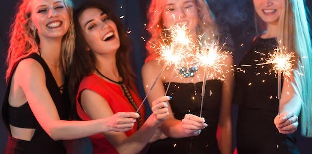 Groep vrolijke jonge vrouwen die sterretjes dragen.