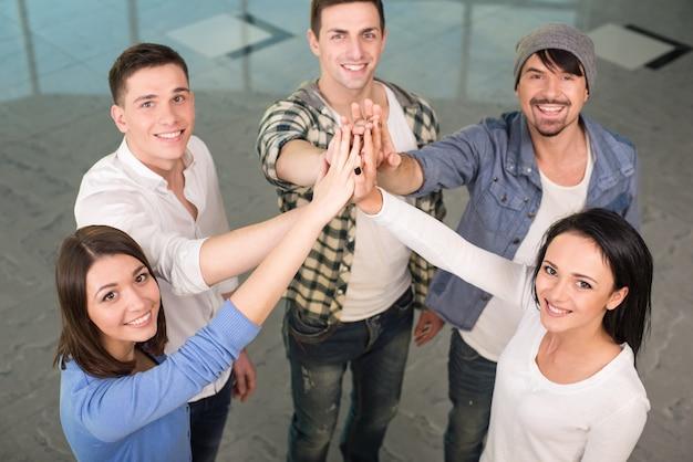 Groep vrolijke mensen staan dicht bij elkaar.