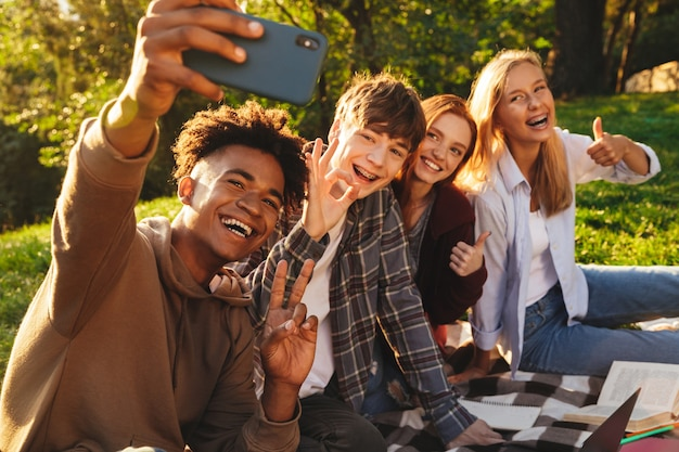 Groep vrolijke multi-etnische studenten