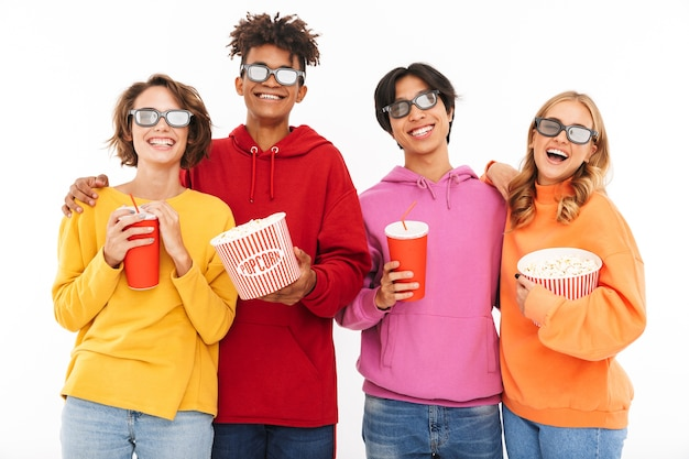 Groep vrolijke multiraciale vrienden die op een film letten, popcorn eten, geïsoleerde frisdrank drinken