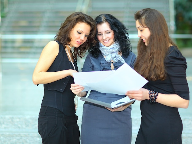Groep vrolijke studenten. Premium Foto