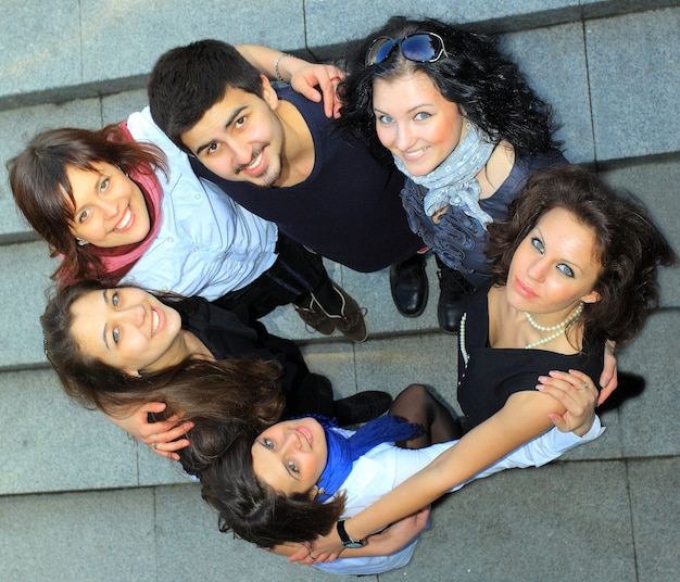 Groep vrolijke studenten