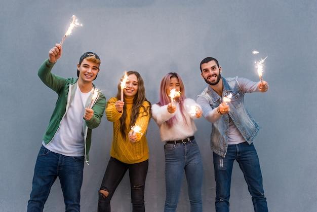 Groep vrolijke tieners die pret hebben