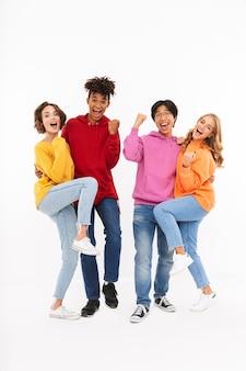 Groep vrolijke tieners geïsoleerd, vieren