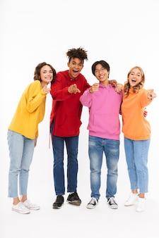 Groep vrolijke tieners geïsoleerd, wijzend
