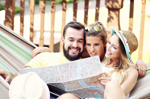 Groep vrolijke vrienden die in de zomer buiten plezier hebben