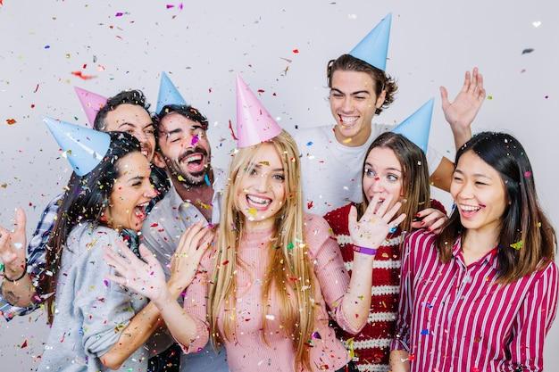 Groep vrolijke vrienden die verjaardag vieren
