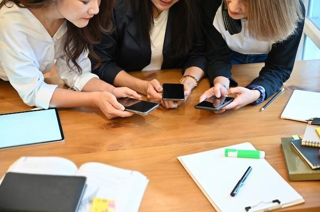 Groep vrouw met smartphones