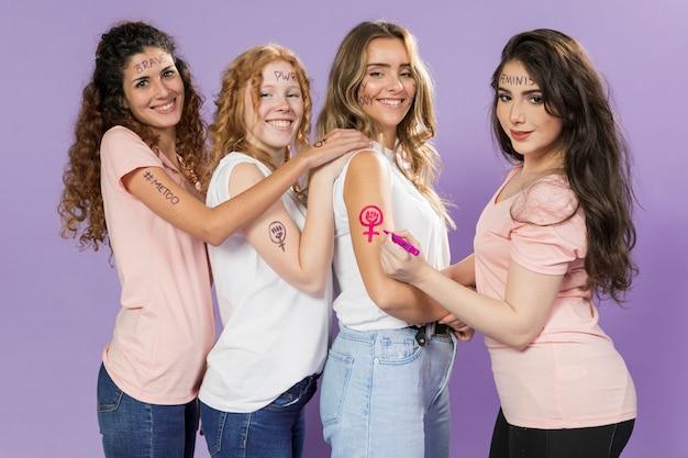 Groep vrouwelijke activisten die voor protest schilderen