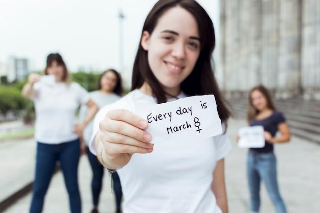 Groep vrouwelijke activisten marcheren