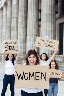 Groep vrouwelijke demonstranten die samen aantonen