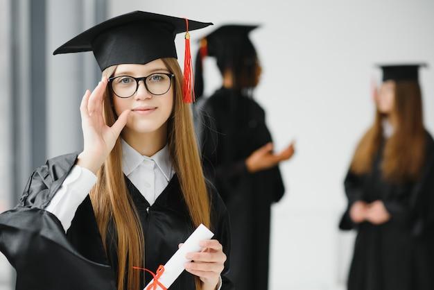 Groep vrouwelijke studenten die een diploma behalen