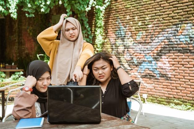 Groep vrouwelijke studenten die problemen hebben
