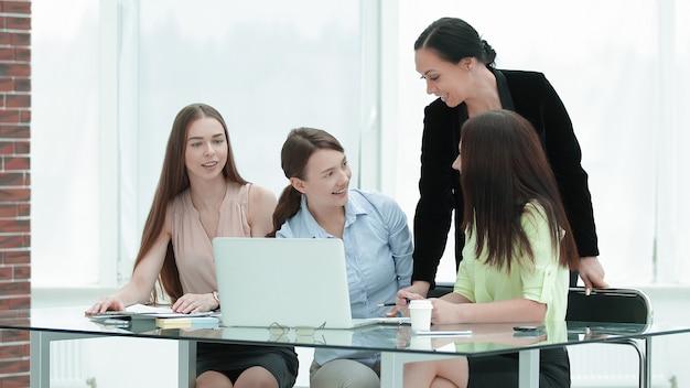 Groep vrouwen achter een bureau op kantoor