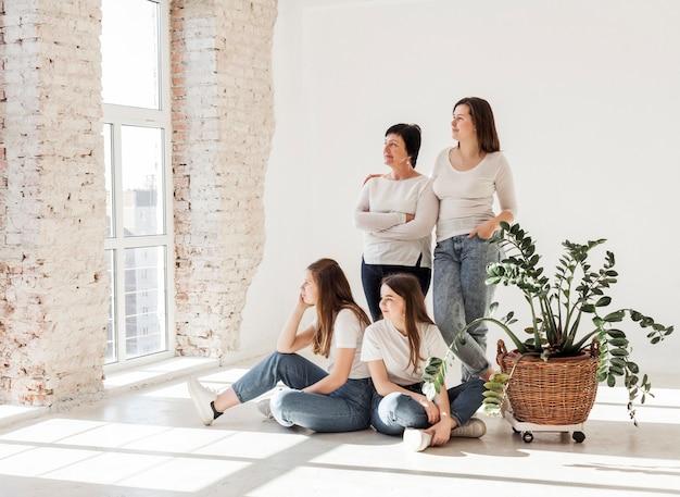 Groep vrouwen die door het venster kijken