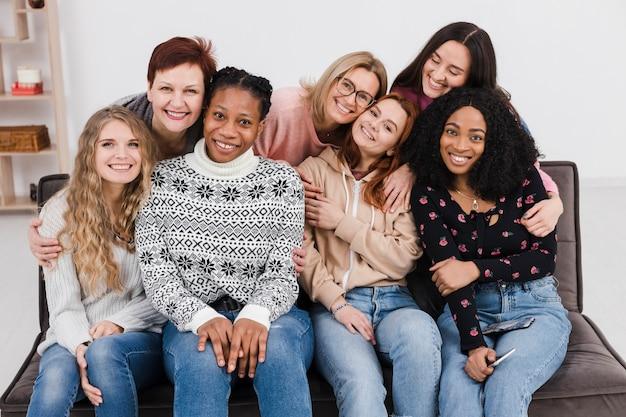 Groep vrouwen die elkaar houden
